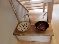 写真:幼稚園に設置された陶器の手洗いボウル