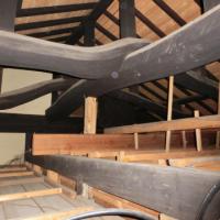 写真:屋根裏にはこんなに立派な梁が。見せようか検討中です