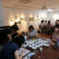 写真:モザイクの作品が並ぶ中での会議風景