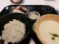 写真:山ばな平八茶屋の名物、麦とろ飯