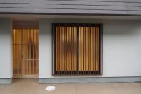 写真:玄関と格子のある掃き出し窓