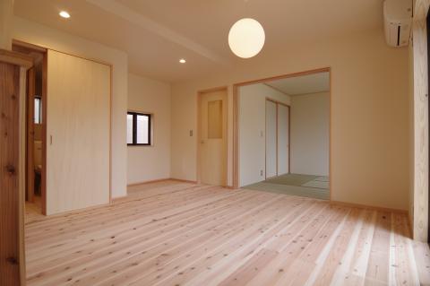 写真:キッチン横から見た居間と和室